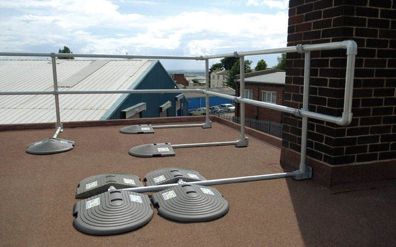irish_fencing__railings_ltd._-_kee_safety_range_m03_kee_guard__free_standing_roof_edge_protection_15