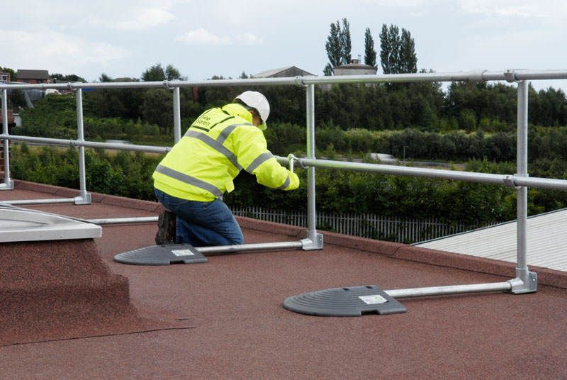 irish_fencing__railings_ltd._-_kee_safety_range_m03_kee_guard__free_standing_roof_edge_protection_5