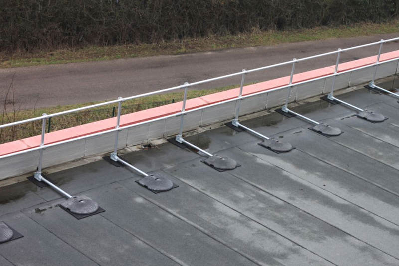 irish_fencing__railings_ltd._-_kee_safety_range_m03_kee_guard__free_standing_roof_edge_protection_6